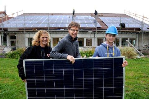 SOLCELLE: Rektor Kristin Sanna Kihle, og daglig leder Geir Fossnes er engasjert i Gjennestads miljøprofil. Elev ved skolen Daniel Stang er selv med på monteringen.