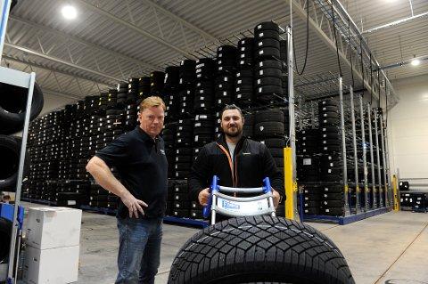 STØRST: Thor Paulsen (til venstre) og Raymond Fredriksen kan tilby sine kunder lagring av opptil 13.500 dekk i deres nye dekkhotell.