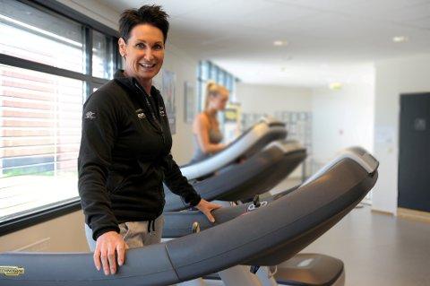 INGEN RESTRIKSJONER: Line Thorkildsen, leder av Team Treningssenter på Ranvik har ikke fått negative tilbakemeldinger om påkledning eller mobilbruk.