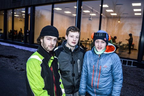 SKOLEBYGGERE: Daniel Stang (f.v.) fra Tjøme og sandefjordingene  Sondre Revfem og Tinus Rilvaag går på VG2 Byggteknikk. De er stolte over skolebygget bak dem som de har vært med å bygge.
