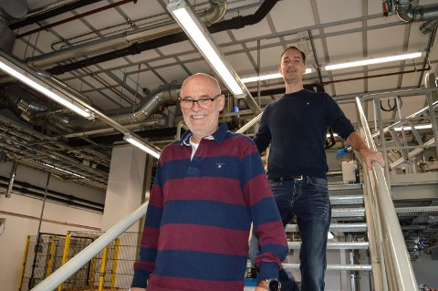 PÅ FLYTTEFOT: I løpet av en ukes tid er kjemiteknikerne Per Sjølyst (t.v.) og Erik Simonsen på plass i nybygget. De kommer fra avdelingen på Hegdal industriområde i Larvik.