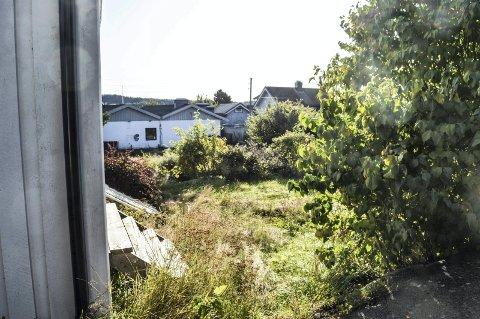 SOLEVEIEN/HYSTADVEIEN: Deler av området på Hystad som er tenkt bebygd. I bakgrunnen bygget til tidligere Pluss Mat, nå Festaurangen.