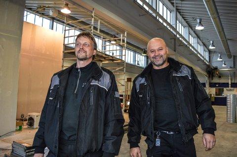GLEDER SEG: Daglig leder John Einar Jørgensen (t.v.) og Elvir Jakupovic i Vestfold Bil Meca inspiserer lokalene som er under renovering i Gneisveien 11 på Pindsle.