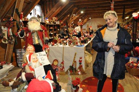 ALT KLART: Hele tredje etasje er gjort om til julemarked på den gule låven, og Anita Wilhelmsen har stadig kunder på besøk.