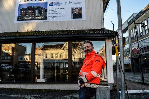 RIVING: Rudi Trogstad i totalentreprenør Strøm Gundersen Vestfold AS forteller at fortauet langs Dokkenkvartalet vil bli stengt om noen uker.