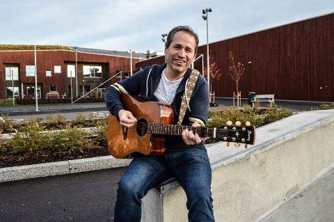 SANG TIL SKOLEN: Espen Rolstad har selv gått på gamleskolen i Kodal. Han har laget sang til den nye, som skulle vært presentert på den offisielle åpningen. Den lar vente på seg.