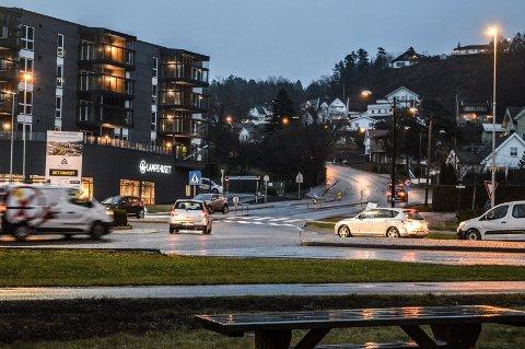 RUNDKJØRINGEN I KILEN: Trafikken i dette krysset, som kommer fra sentrum, Hegnaveien, Vardeveien, Industriveien og Vesterøyveien, symboliserer kjernen i noen av problemene for Vesterøya, mener Arnt Christian Bryde.