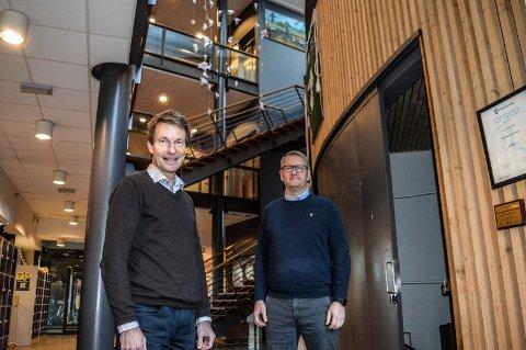 FRAMNÆS: Gokstad Akademiet leier lokaler hos Skagerak International School. Her er rektor og daglig leder Atle Bjurstedt (t.v.) og faglig ansvarlig Arne Wellberg i foajeen ved kantina.