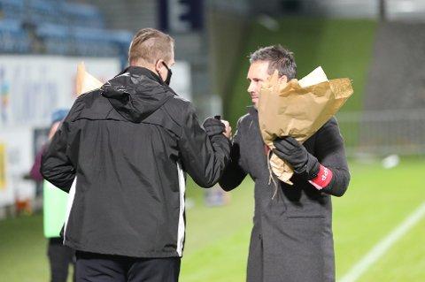 TAKK: SF-trener, Marti Cifuentes, mottok blomster av daglig leder Espen Bugge foran kampen mot Rosenborg. Hvem som skal motta blomster neste gang er stadig usikkert.