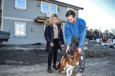 BYGGER HUS: Marte Skalleberg og Jaran Nordrum Mandt bruker mye tid på byggeplasssen om dagen. Senest 1. april flytter de inn med hunden «Linus» og katten. To tredjedeler av første etasje skal leies ut.