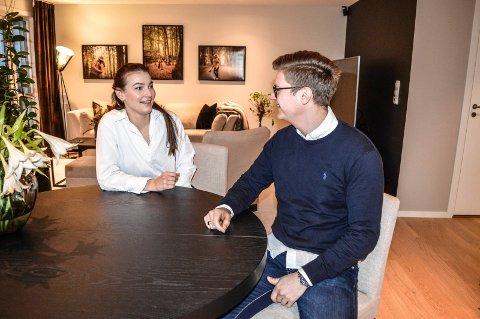 STUA: Vilde Marie Israelsen og John Kristian Nesbekk flyttet inn i seksmannsboligen på Haukerød i juli fjor. De stortrives.