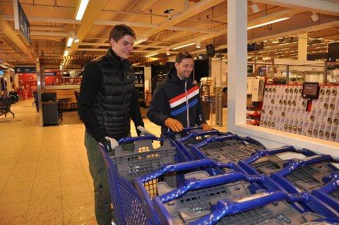 RYDDER: Karsten Enoksen og Anders Hallberg ryddet handlevogner på Coop Obs fredag, og er klare for mer innsats lørdag.