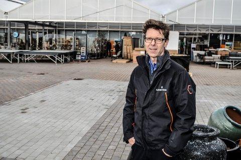 HAR PLANENE KLARE: Daglig leder på Gjennestad, Geir Fossnes, ser fram til at de med reguleringsplanen i havn kan utvide og overbygge arealet på baksiden av hagesenteret.