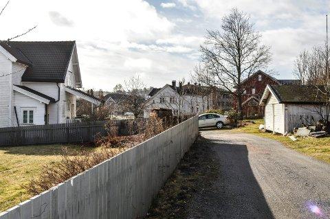 BOLIGBLOKK: Bygningen t.v. i Solbakkeveien 8 i Bugården skal rives og gi plass til et leilighetsbygg.