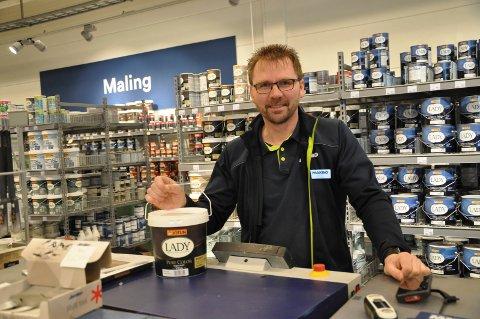 MYE Å GJØRE: Morten Iversen, varehussjef hos Maxbo, har nok å gjøre om dagen.