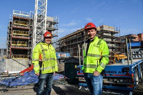 LETTET: Anleggsleder Johan Swanberg (t.v.) og prosjektleder Christoffer Henriksen i Betonmast Buskerud-Vestfold har god kontroll på framdriften på Kamfjordverven.