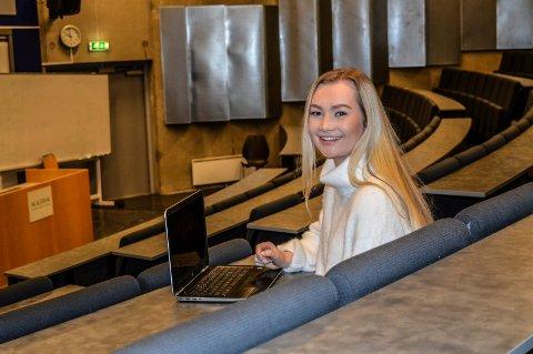 FAGSKOLE: Celine Fredås Jarbekk (20) fra Breidablikk meldte seg på som den første studenten på Gokstad Akademiet. Her har hun funnet en plass i skolens auditorium.