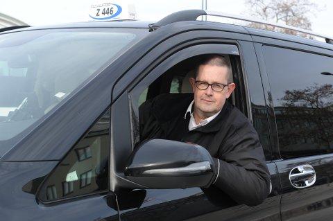 MYE VENTING: Taxisjåfør Einar Høksnes har få kjøreturer om dagen, og tjener lite penger. Mange i bransjen er midlertidig uten jobb.