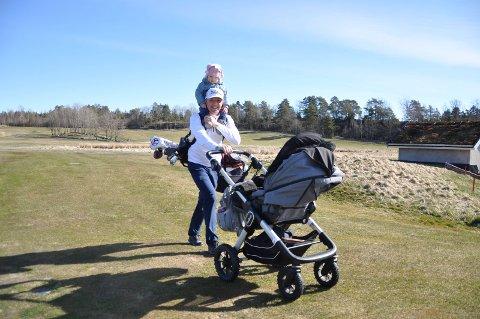 SAMMEN: Mattew Corney og datteren Sara Elise var ute på sesongens fjerde golfrunde i Marum onsdag.