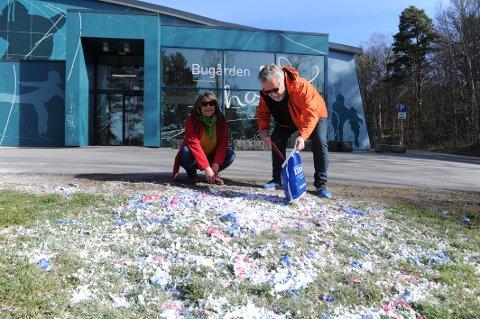 IKKE GREIT: Ekteparet Eva og Rune Rudolf Runnerstrøm synes at kommunen kunne være raskere til å ta opp søppelet utenfor Ishallen i Bugården.