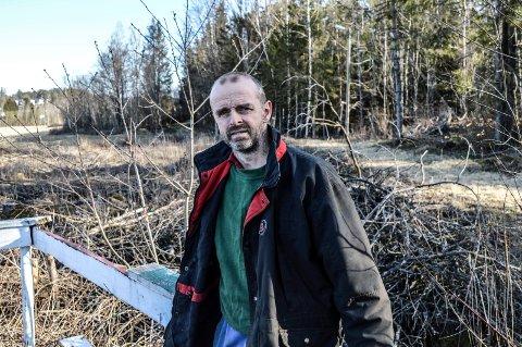 BOLIGER: Skogen bak Jon Harald Gryte har vært påtenkt til boligbygging i 20 år, og er blinket ut til formålet i kommuneplanen. Nå er reguleringsarbeidet for 90 enheter påbegynt. I bakgrunnen skimtes Skåumfeltet på Vennerød.