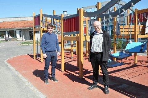 ÅPNER MANDAG: Rektor ved Krokemoa skole, Vegard Jensen og kommuneoverlege Ole Henrik Augestad ser fram til at barn fra 1. til 4. skoletrinn kommer tilbake på skolen mandag.