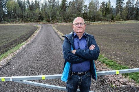 KREVER STANS: Nabo Terje Holm ved bomveien inn til masssedeponiet ved Askjemvannet. Han krever at kommunen stanser søknadsprosessen og krever forurensede masser fjernet.