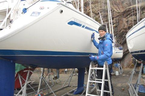 PUSSER BLANKT: Snart skal den 35 fot lange familiebåten på sjøen, men Herman Østad gleder seg enda mer til å få sin egen skjærgårdsjeep på fjorden.