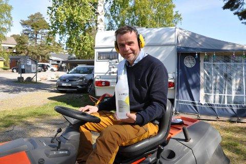 TRAVLE DAGER: Roger Sørsdal må stadig ta pauser fra plenklippingen på Asnes for å ta en ny runde med Antibac på campingområdet.