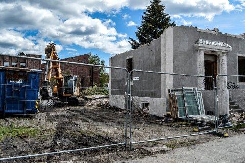 START: Rivingen av den gamle murbygningen på hjørnet i Flors gate innebærer at det blir graving om et par uker.