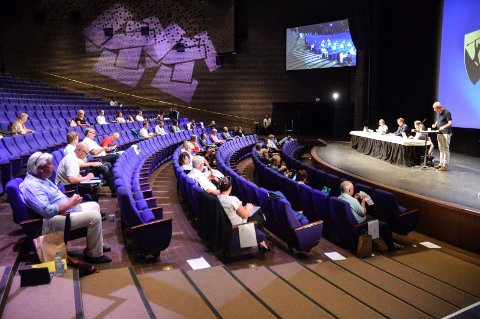 KOMMUNESTYRET: Kommuneadvokat Miriam Schei krever at kommunestyret, her samlet til siste møte i Hjertnes 18. juni, overprøver formannskapets avvisning 2. juni.