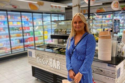 SKEPTISK: Celina Larsen (19) vil vente med å forsyne seg av salatbarene.
