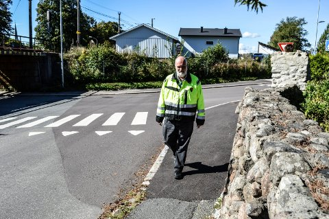 GANGVEI: Kommunalteknisk sjef Arne Johnsen ser fram til å komme i gang med gravearbeidene i Sverdstadveien. Det skal bli fortau fra krysset med Dølebakken og oppover.