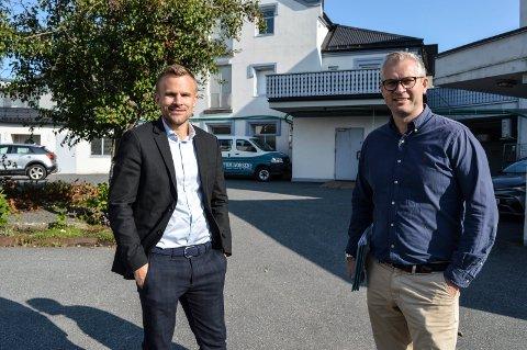 SALGSSTART: En drøy uke har Andreas Haraldsen (t.v.) og Håkon Marcus Tappeluf i Krogsveen holdt på med salget av leiligheter ved Chr. Hvidts Plass. Bakeriet i bakgrunnen skal gi plass for 12 leiligheter og næringsareal mot gata.