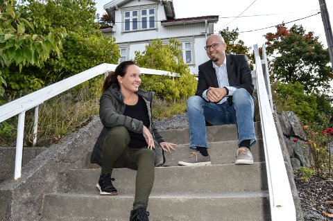 FJELDVIG: Meglerne Lill-Iren Barth og Bård Johnson gleder seg til å komme i gang med salget av leiligheter på Fjeldvig, forhåpentlig i mai. Huset i bakgrunnen skal rives.