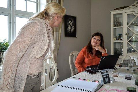 STEVNING: Miriam Schei (t.v.) og Birthe Eriksen legger siste hånd på stevningen mot Sandefjord kommune, som oversendes tingretten om kort tid.