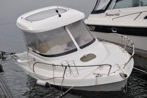 FYLT MED VANN: Etter torsdagens uvær var denne båten nær ved å synke.