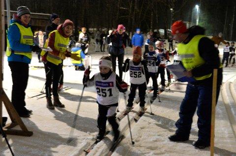 SKIRENN: Ida Semb Maaren med startnummer 251 var med i sitt livs første skirenn. Totalt stilte det nesten 90 unge skiløpere på startstreken under lyscuprennet til Runar idrettslags skigruppe.