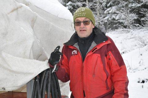 STOR DUGNAD: Tom Horntvedt har jobbet natt og dag for å sikre skiløyper i Storås og folk strømmer til anlegget. Aking i traseen opplever han ikke.