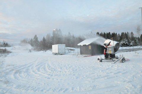 DET SNØR: Fem viftekanoer sender snø ut i løypene på Haukerød mandag morgen.