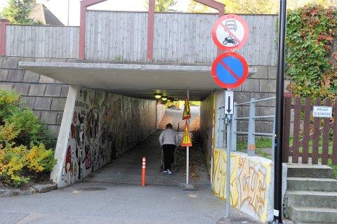 ULOVLIG OG FORT: Naboer frykter at gående skolebarn, eldre og syklende skal bli meid ned av mopedister i stor fart   i undergangen ved Holmbrua.