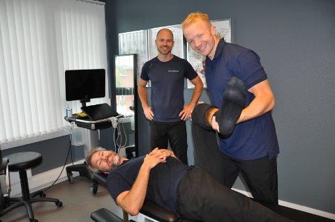 NY JOBB: Trym Bilov-Olsen (t.h.) har fått jobb hos Per Thomas Mørk (på benken) og Aleksander Treidene hos Naprapat og Helse.