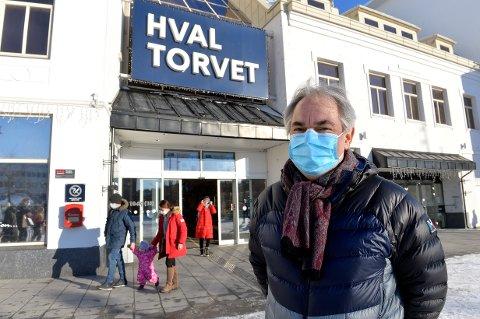 HVALTORVET: Fredag ble det ble innført et hastevedtak om bruk av munnbind i butikker og på kjøpesentre. Dette har senterleder Geir Ellefsen tatt på alvor og satt inn vektere for å håndheve de nye reglene.