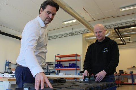 TRYGG TRANSPORT: Sandefjordsfirmaet bidrar til at koronavaksinene kommer trygt fram. Her er administrerende direktør, Espen Ranvik og produksjonstekniker Jon Arild Pettersen.