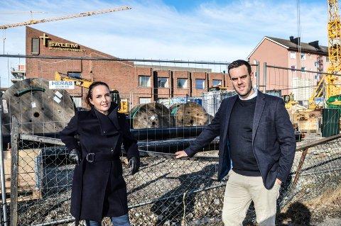 STORE PLANER: Før jul blir det byggestart på Salemtomta i Nybyen. Lill-Iren Barth i DNB Eiendom starter salget over påske. Lars Jørgen Hoholm er leder av byggekomiteen og styreleder i Dronningens gate 30 og 32 AS.