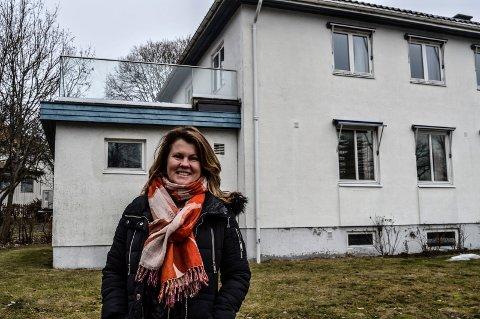 GÅRDEIER: De siste ti årene har Hilde Jennings leid ut Sandarveien 1 til tingretten. Nå jobber hun for å få leid ut bygningene til konktorfellesskap.