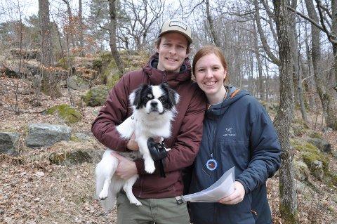 PÅ TUR: Henrik og Hege Huneide-Rødsdalen har funnet årets påskeaktivitet. Det blir nye områder å utforske både for dem og hunden Coda.