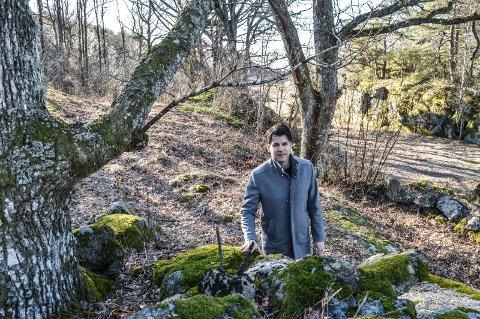 EIKETRÆRNE: Ruben Heitmann opplyser at Normisjon forsøker å finne en alternativ trasé for VA-ledningene til passasjen mellom de to fredede eiketrærne i Strandskogen.