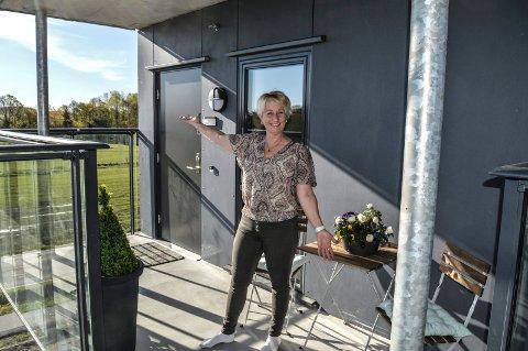 PÅ PLASS: Svalgangen utenfor inngangsdøra til leiligheten har Monica helt for seg selv. Den blir en slags ekstra terrasse.