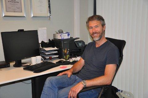 BESKJEDEN FEIRING: 26. mai har Per Thomas Mørk jobbet som naprapat i 25 år. Det skal feires til sommeren med en gave til noen som trenger det mer enn ham selv.